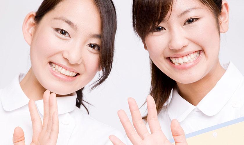 2人の笑顔な看護師